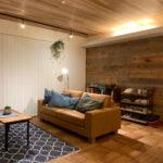 木製収納棚のあるリビング