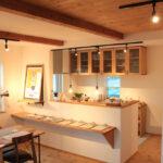 棚のついたキッチン