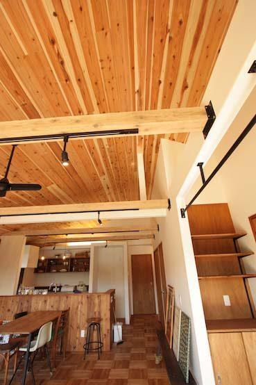 木の質感とアイアン素材がクールな天井