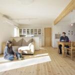 木のぬくもりが感じられるパイン材の床