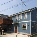 青い外壁の家