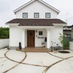 白い家の玄関