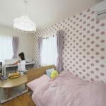 ピンクの水玉の壁紙の子供部屋