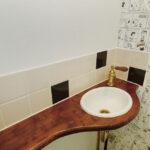 タイルを張った手洗いのあるトイレ