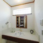 窓から光が差し込む洗面台