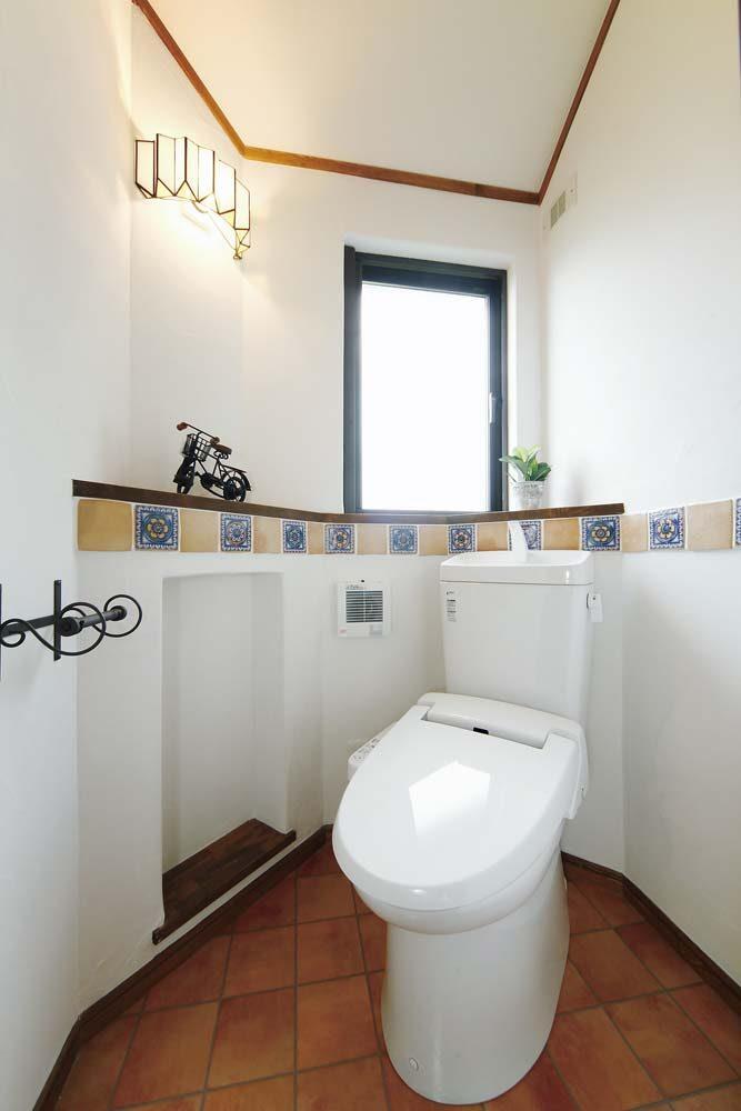 白い漆喰とタイル使いがかわいい、古民家風のお家