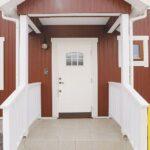 白い玄関ドア