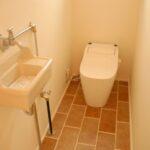 床のタイルがかわいいトイレ