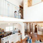 1階と2階で手を振る家族