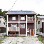 ソーラーパネルのある家の外観