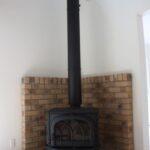 レンガを背面に張った暖炉