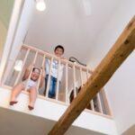 2階の子どもが1階を見下ろす