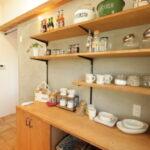食器の並ぶキッチン棚