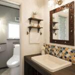 かわいい手洗い器からのトイレ