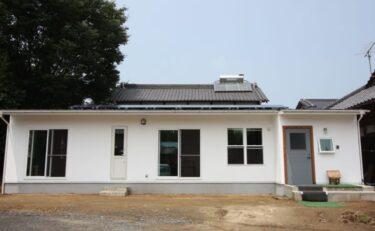 片流れの屋根に真っ白いカルクウォールをつかったレトロなフラットハウス