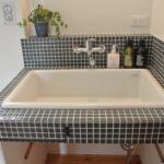 シンプルなタイルの洗面台