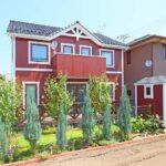 赤い外壁の家の外観