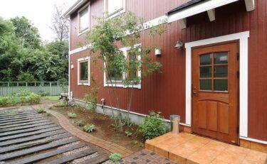 緑に囲まれた、大きな窓が特徴的なお家