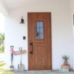 格子窓がついたかわいい玄関ドア