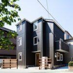 黒い外壁の家の外観