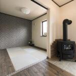 薪ストーブのある部屋の畳スペース