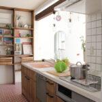 白いタイルのキッチン