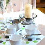 ソーサーの並んだテーブル