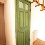 アンティークな握り玉のドア