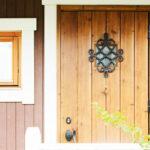 オーナメントのおしゃれな木製玄関ドア