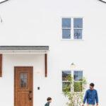 家の前で遊ぶ親子
