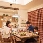 吹き抜けのある食卓を囲む家族