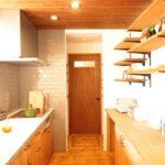 木目の天井のキッチン