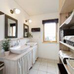 造作棚にお気に入りの雑貨を飾って、かわいい洗面スペースに