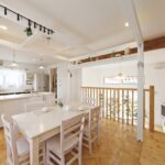 白い家具で統一したカフェのようなキッチンとダイニング