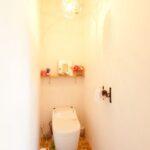 飾り棚のあるトイレ