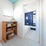 シンプルな脱衣室にUBのアクセント壁が映える