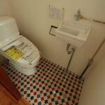 床がレトロで可愛いトイレ