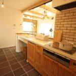 かわいい壁タイル張りキッチン