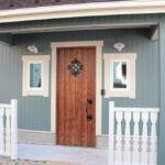 ブルーの外壁に木製のドア