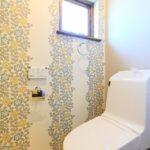 小花柄の壁のトイレ