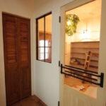 目線が抜ける木製ドア