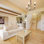 パインの板壁が温もりたっぷりな和室も備えたリビング