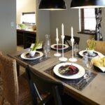料理の並ぶダイニングテーブル