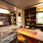 キッチンとリビングの造作棚