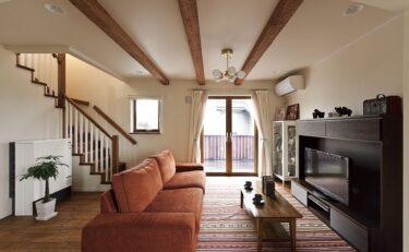 木製窓から広がる景色を眺めカフェ時間を楽しむ北欧住宅